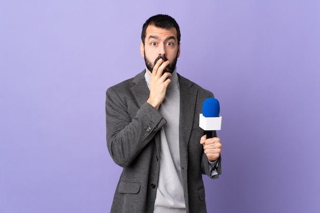 Мужчина-журналист в студии