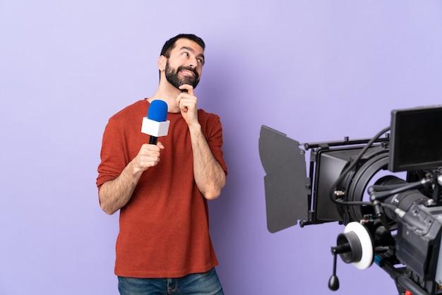Человек-журналист на изолированном фиолетовом фоне