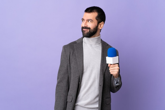 Журналист или репортер с микрофоном