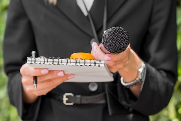 Журналист в черной одежде вид спереди