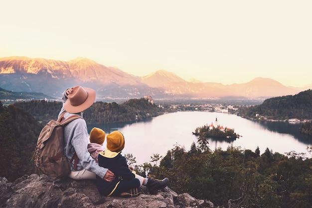 子供との旅スロベニア家族旅行ヨーロッパブレッド湖で子供とハイカーの女性