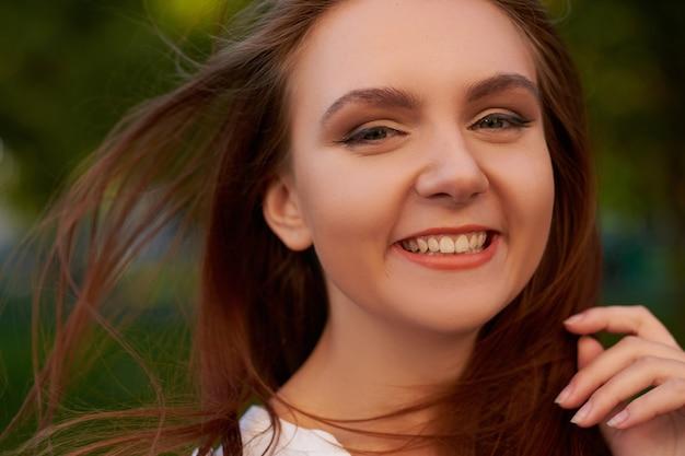 Радость и счастье. успешная женщина, добрый день, приятный разговор, концепция искренней улыбки