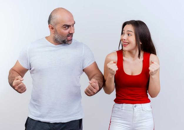 Gioiosa coppia adulta guardando a vicenda e facendo il gesto di sì