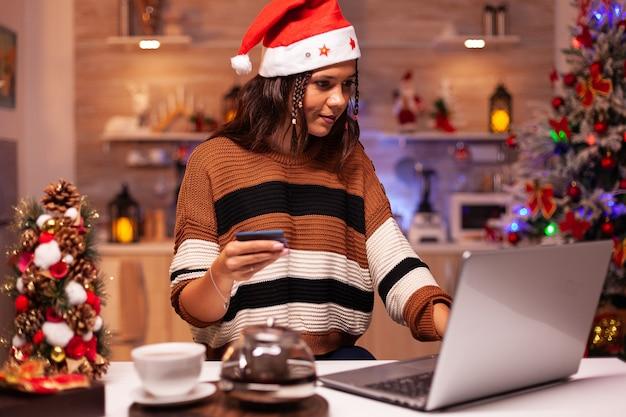 クリスマスのオンラインショッピングをしているうれしそうな大人