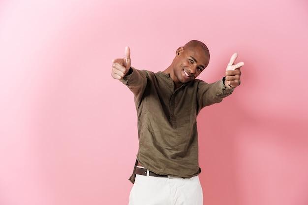 Uomo africano allegro che punta
