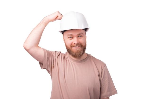 Радостный бородатый инженер-хипстер, одетый в тяжелую одежду для безопасности