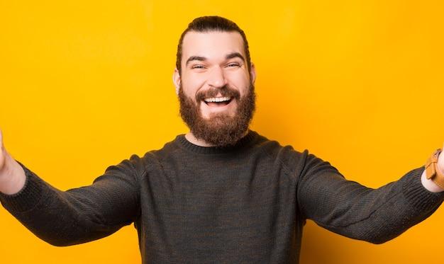 노란색 이상 카메라와 함께 셀카를 복용 즐거운 수염 된 남자
