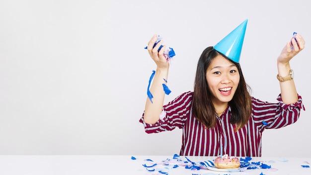 Ragazza di compleanno gioiosa con ciambella