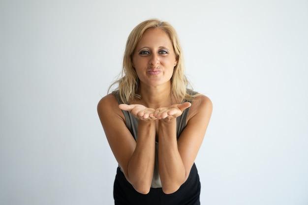 Радостная блондинка леди, прощаясь жестом.