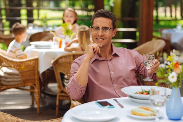 うれしそうな休憩。おいしいガーデンサラダを食べながら休憩を楽しんでいる裕福な経験豊富なビジネスマン