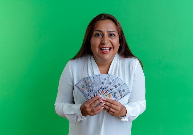 돈을 들고 즐거운 캐주얼 백인 중년 여성