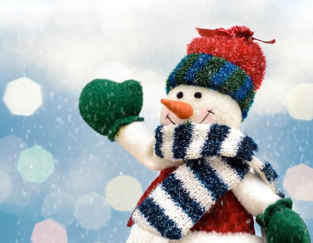 크리스마스 장식을 위한 겨울 눈이 내리는 풍경 배경에 즐거운 크리스마스 눈사람.