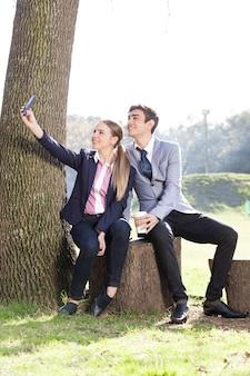 Радостный пара готова к фото