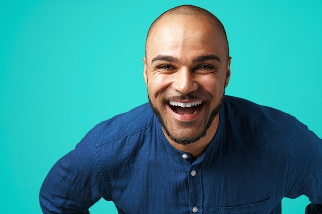 Радостный темнокожий мужчина смеется над бирюзой