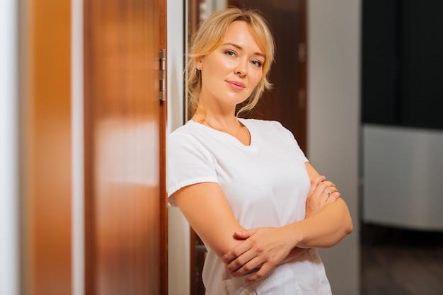 미용 클리닉에서 일하는 동안 당신을보고 즐거운 기쁘게 여자
