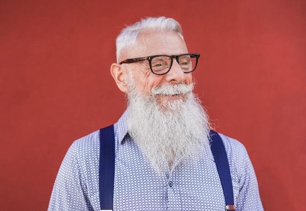 웃고 있는 즐거운 노인 힙스터 남자 - 고위 사업가와 행복의 개념