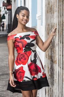 通りにカラフルなドレスでうれしそうな民族の女性
