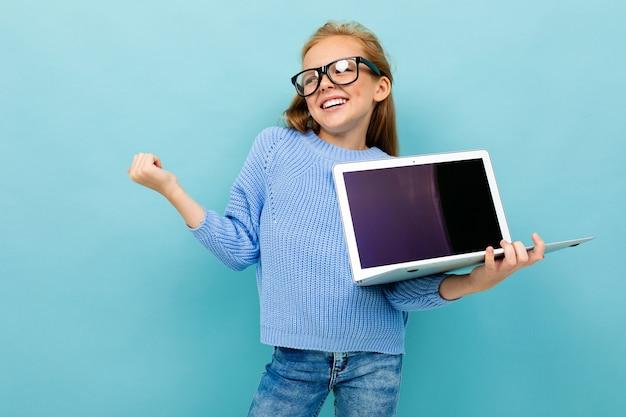 그녀의 손에 컴퓨터를 들고 즐거운 유럽 소녀