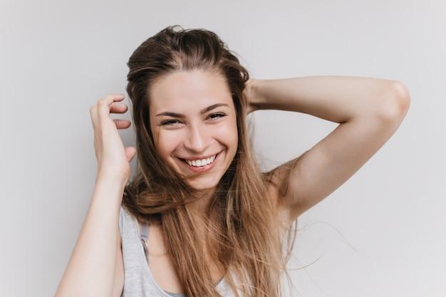 웃 고 즐거운 유럽 여자. 행복을 표현하는 로맨틱 소녀의 실내 사진.