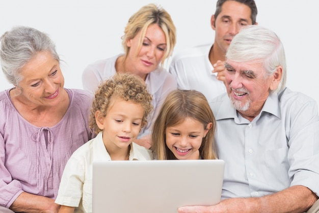 ノートパソコンの画面を一緒に見ている楽しい家族