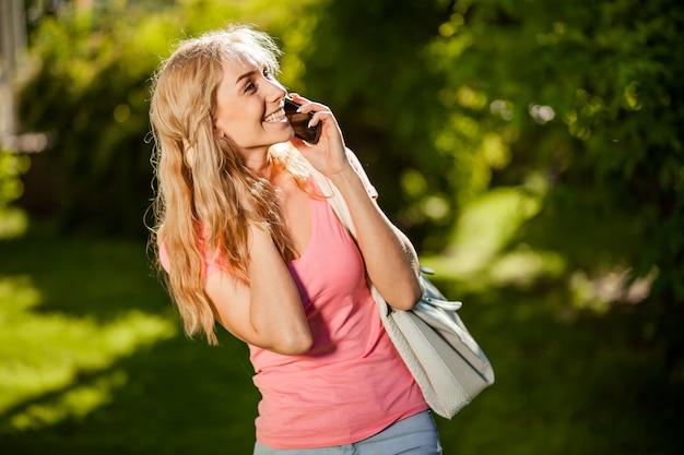 電話で話しているうれしそうな女の子