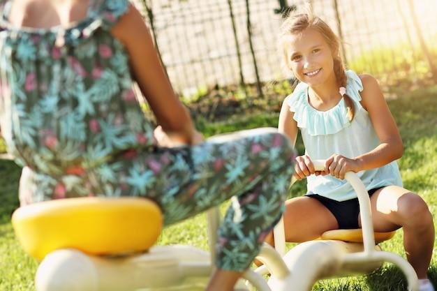 遊び場で楽しんでいる楽しい女の子
