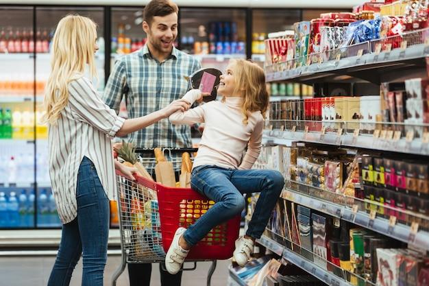 ショッピングカートに座ってうれしそうな少女