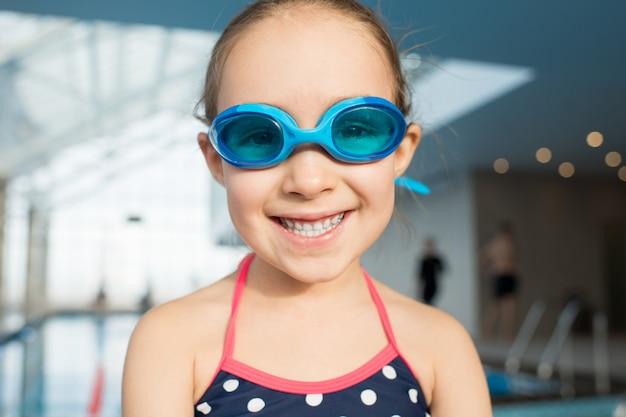 Радостный маленький пловец с зубастой улыбкой