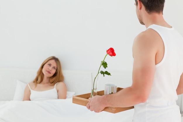 彼らのベッドで朝食をしている愉快な恋人たち