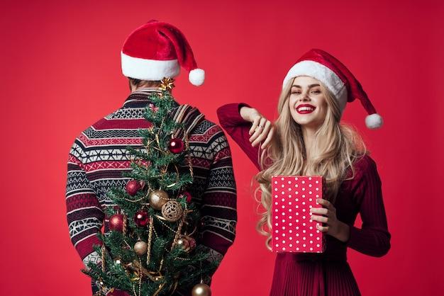 Радостный мужчина и женщина рождественские эмоции новогодний праздник. фото высокого качества