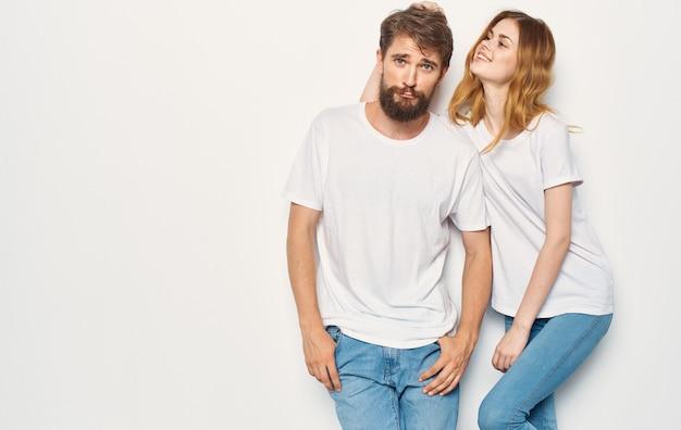 白いtシャツを着たうれしそうな男性と女性は一緒に友情を受け入れます