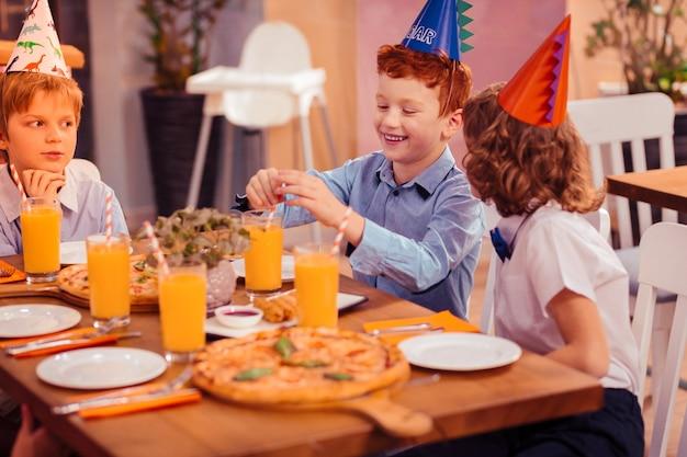 즐거운 분위기. 친구와 주말을 보내는 동안 긍정적 인 표현을 기쁘게 남자 아이