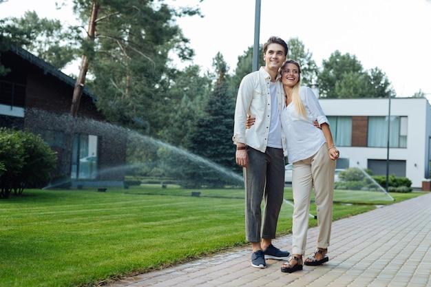 うれしそうな気分。散歩を楽しみながら一緒にいるポジティブな喜びのカップル
