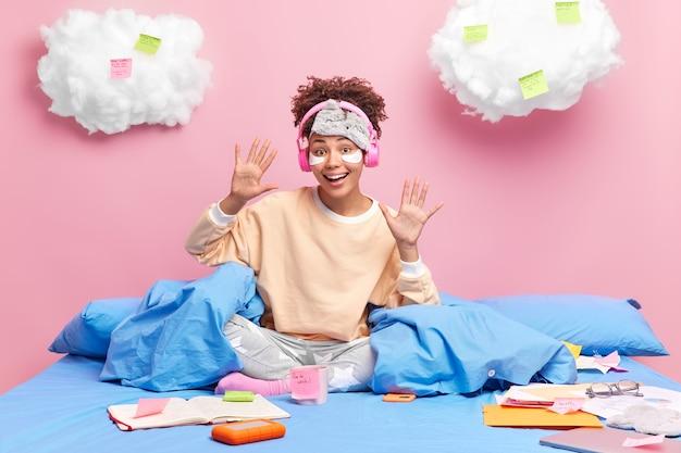 즐거운 긍정적 인 아프리카 계 미국인 학생 여자 손바닥을 제기 평온한 느낌