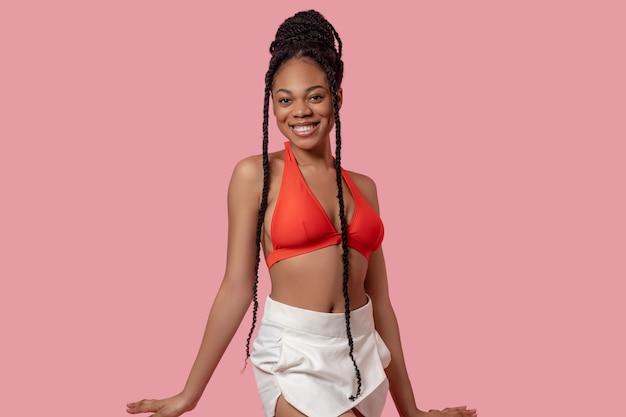 즐거운. 즐거운 찾고 오렌지 탑에 예쁜 아프리카계 미국인 여자