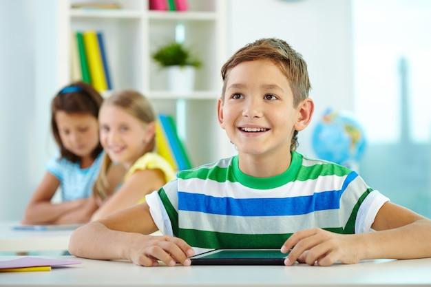 Радостный студент с цифровым планшетом