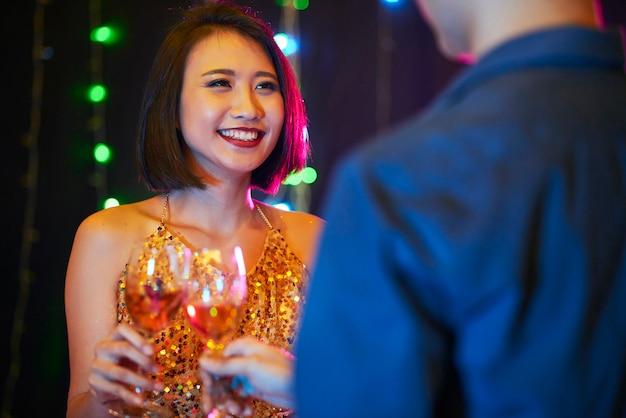 Радостная женщина на вечеринке