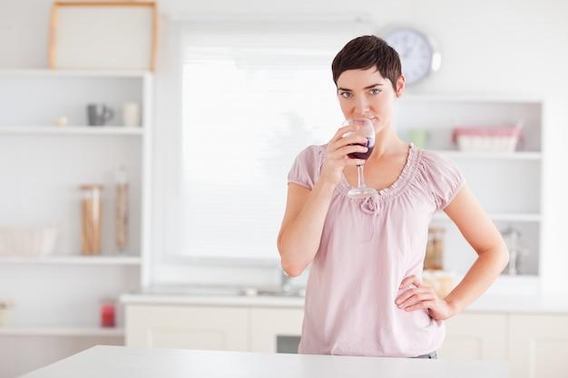 와인을 마시는 즐거운 여자