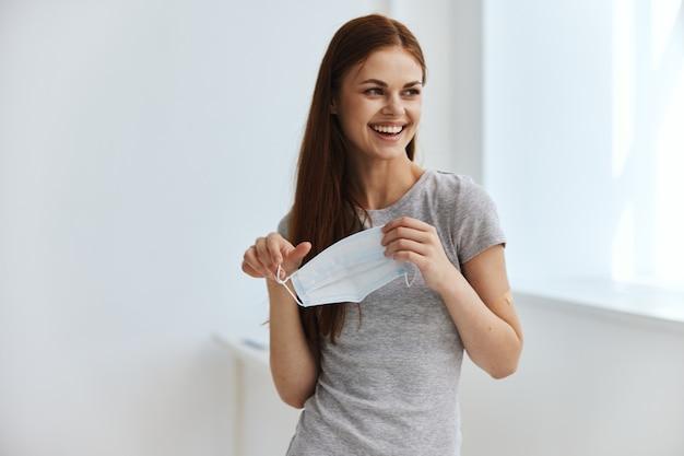 즐거운 여성 의료 마스크 백신 여권 검역