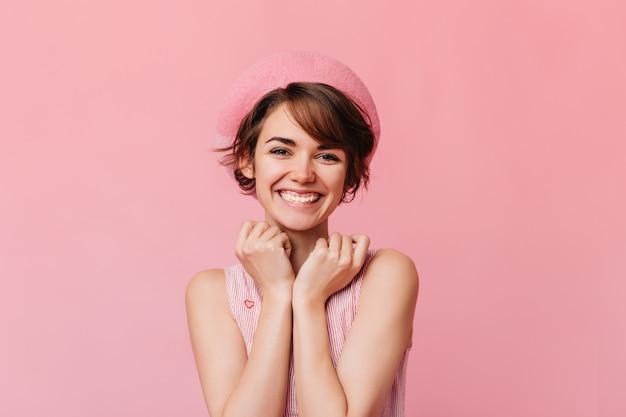 前で笑っているうれしそうな女性