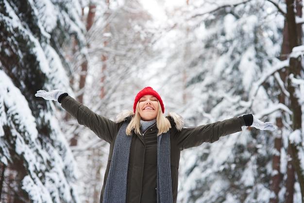 Donna allegra nell'orario invernale