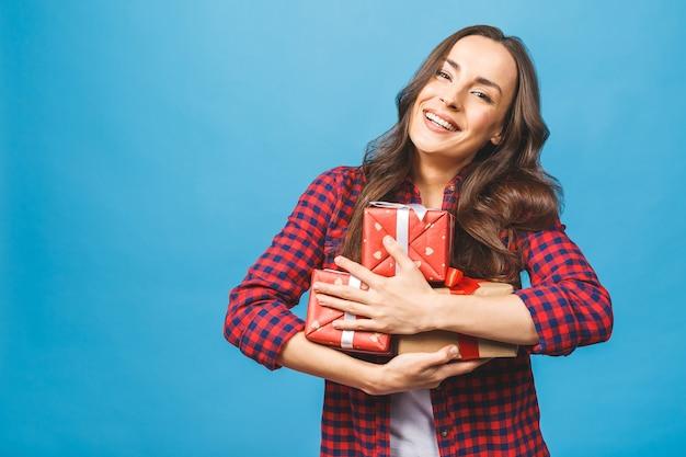 Радостная женщина женщина держит много коробок с подарками