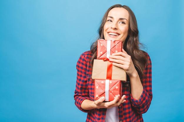贈り物と箱をたくさん持っているうれしそうな女性
