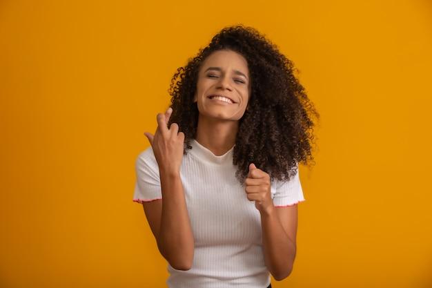 Радостная молодая брюнетка женщина с вьющимися волосами