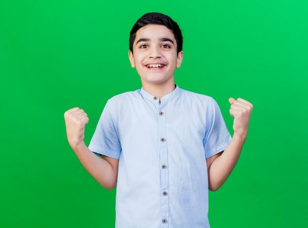 Gioioso giovane ragazzo caucasico facendo sì gesto isolato sulla parete verde