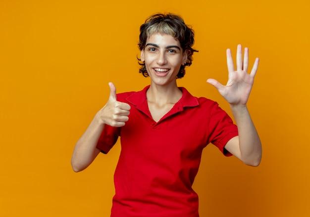 복사 공간 오렌지 배경에 고립 된 손으로 6을 보여주는 요정 머리와 즐거운 젊은 백인 여자