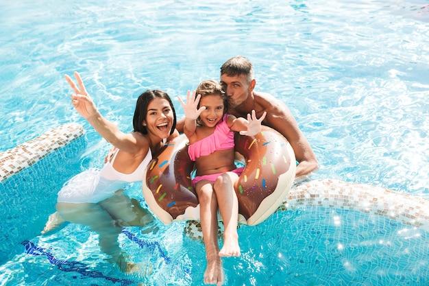 一緒に楽しんでいる楽しい若い家族