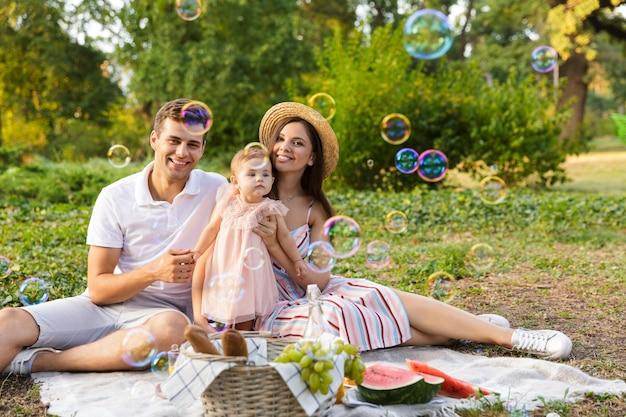 어린 소녀가 함께 시간을 보내는 즐거운 젊은 가족