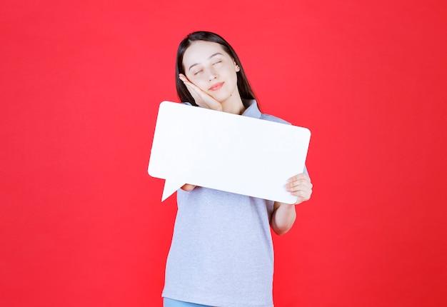 Радостная молодая женщина, держащая доску