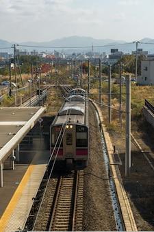 Вид сверху jr train, прибывающего на платформу аомори 26 октября 2017 года на станции аомори, япония